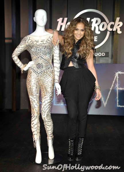 Either Jennifer Lopez is too hip... Or the other chick is not hip at all